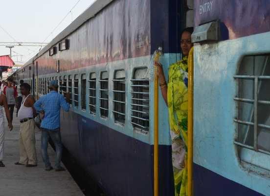 जानिए रेलवे जंक्शन पर ऐसा क्या हुआ कि छूट गई 20 यात्रियों की ट्रेन / At the Khandwa junction 20 train passengers