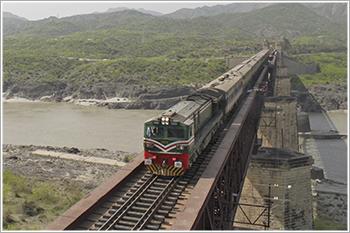 भिंड रेलवे ट्रैक पर पुलों में फुटपाथ प्लेट नहीं